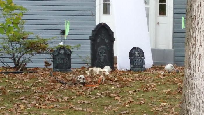 Met een kerkhof aan z'n voeten