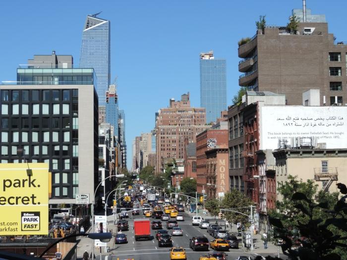 Uitzicht op de drukte van New York vanaf The High Line