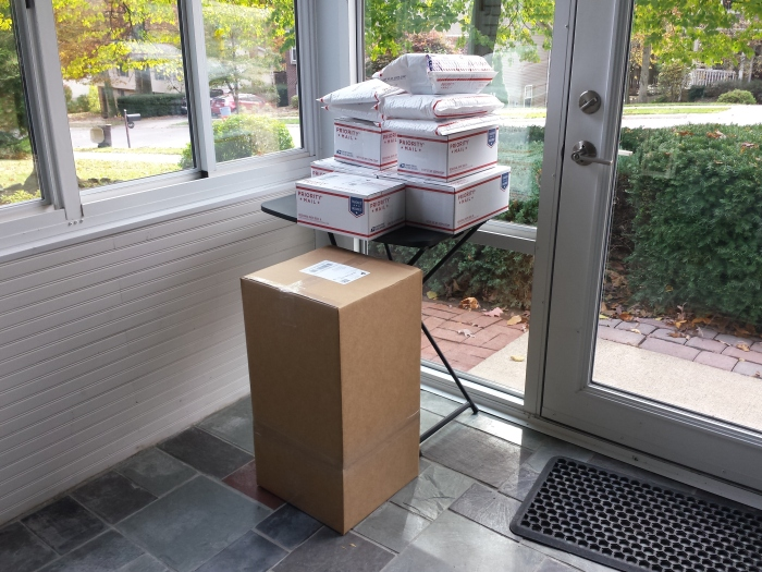 De postbode heeft het soms flink druk met het ophalen van alle postpakketjes!