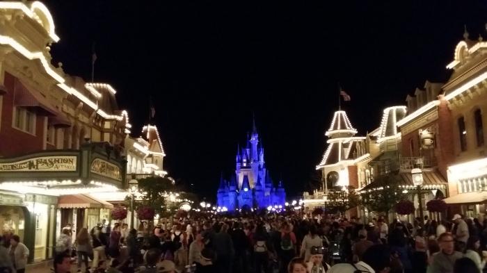 Cinderella's castle - vanuit Main Street gezien - je kan er over de hoofden lopen!